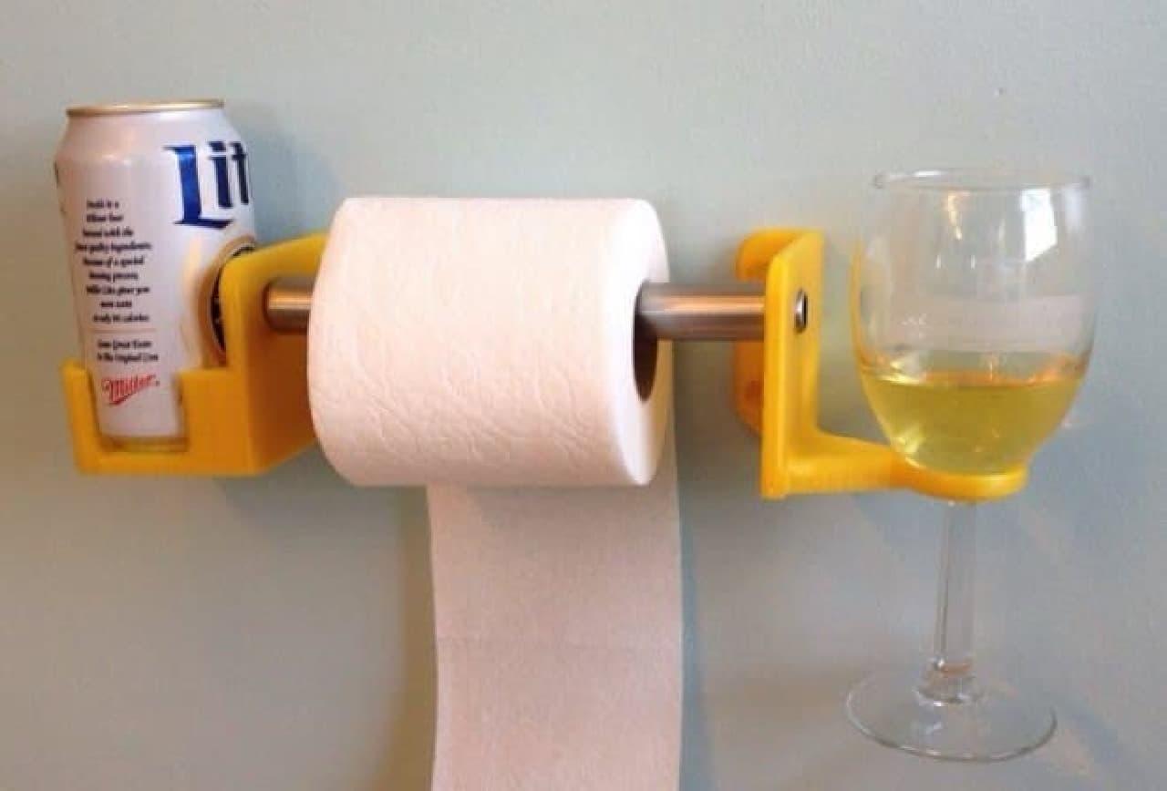 ビール&ワインホルダー付きのトイレットペーパーホルダー「His and Hers Toilet Paper Holder for Beverages」