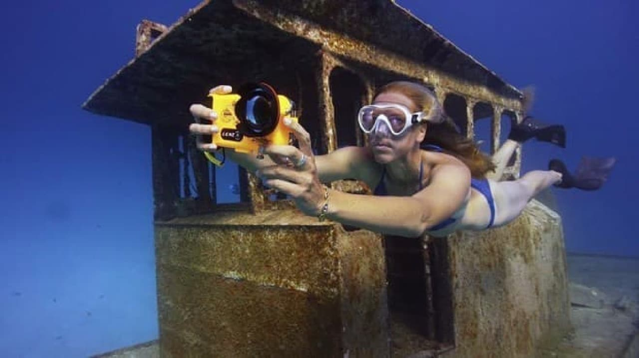 海面下100メートルでの撮影に対応したiPhoneケース「LenzO」