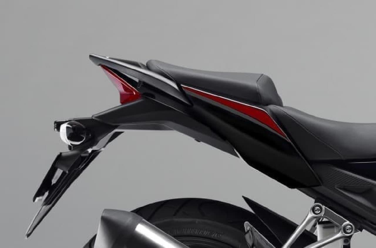 「ブラック」はミドルカウルのCBRロゴを新デザインに変更するとともに、アンダーカウルにHondaロゴが追加