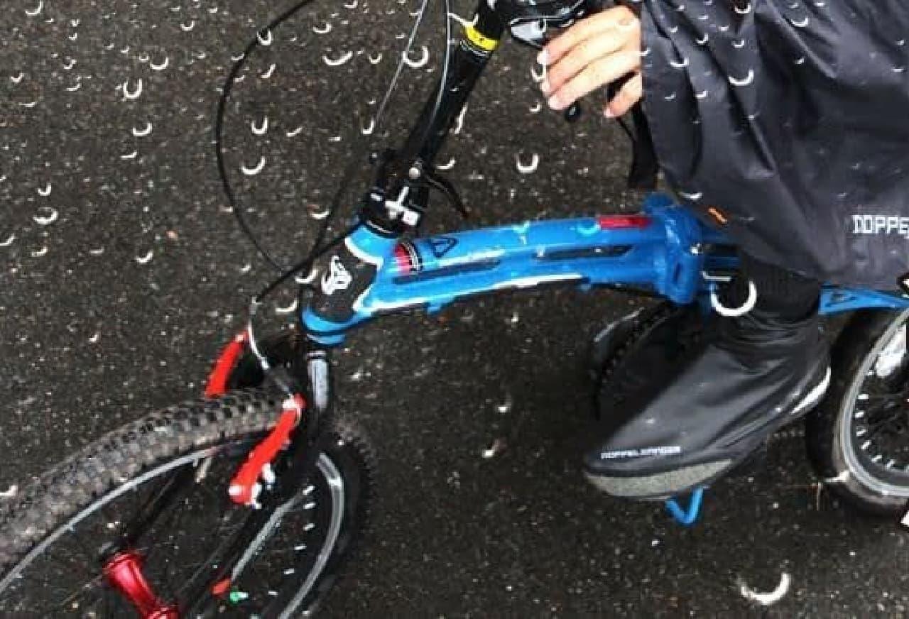 自転車走行の際に雪雨から靴やバックパックを守るレインカバー