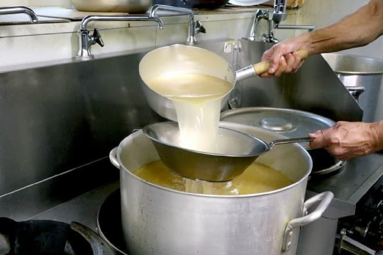 中華鍋で醤油ダレを焼いた「焦がし醤油」