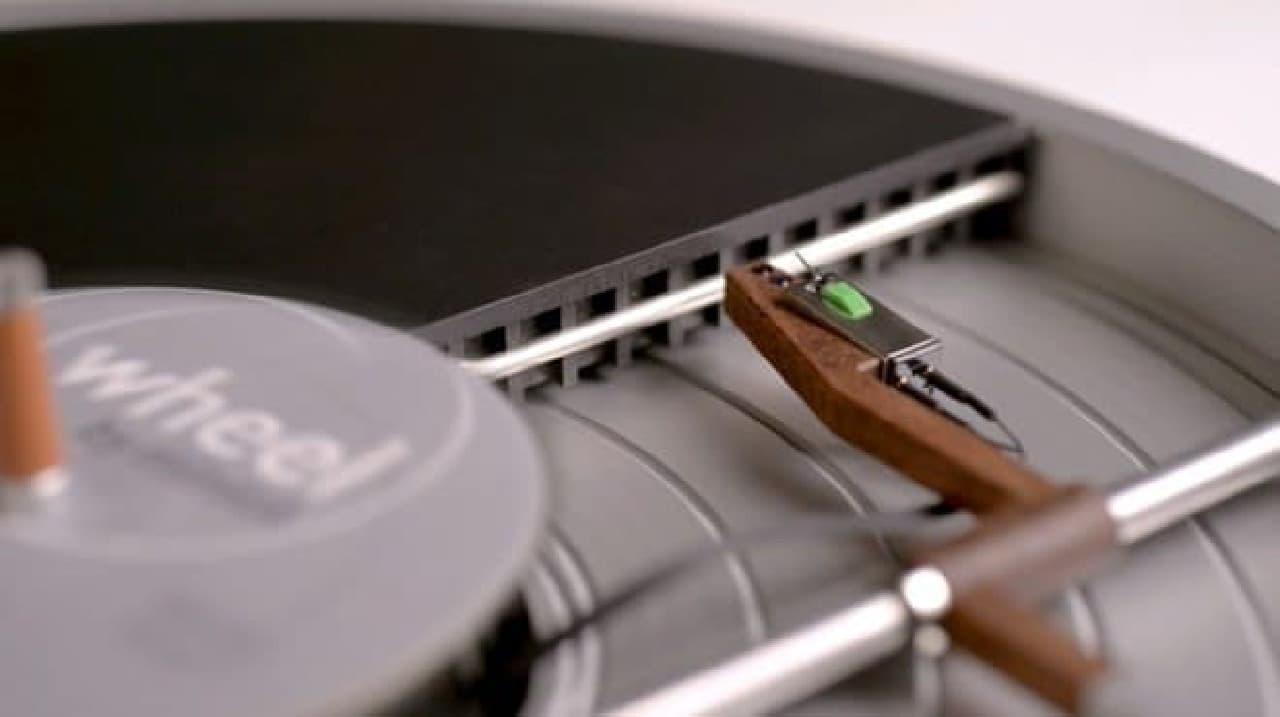 ほぼLPレコードサイズのレコードプレーヤー「Wheel」