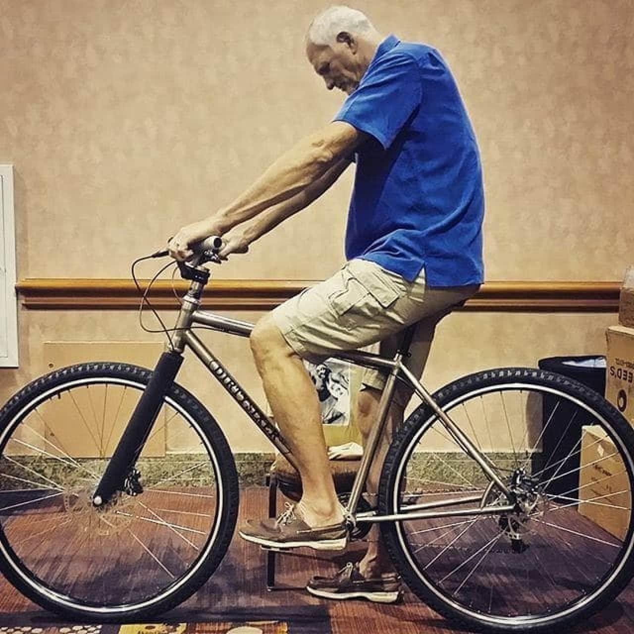 「DirtySixer」は、身長2メートル25センチまでに対応する36インチの自転車