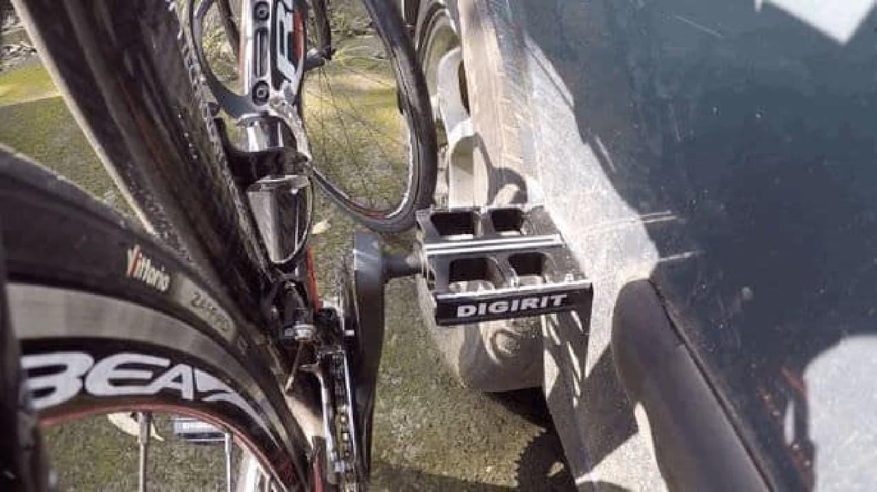 鉄製の何かがあればスタンドとして使える「Pedal Park」