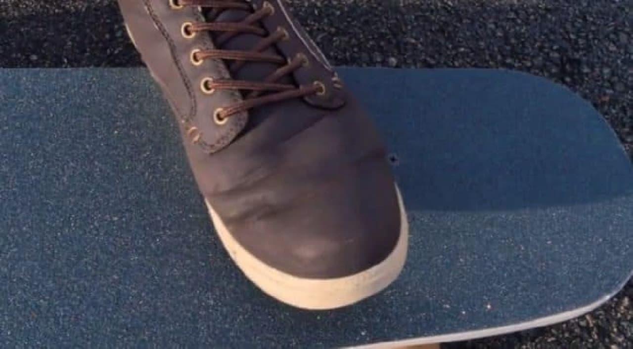 足でコントロールする電動スケートボード「BIRD」