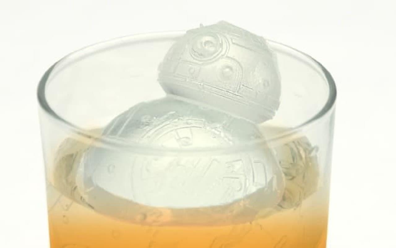 BB-8型の氷が浮かぶ酒