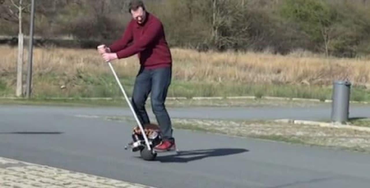 タイヤではなく「ボール」を装着したスクーター「Uo」
