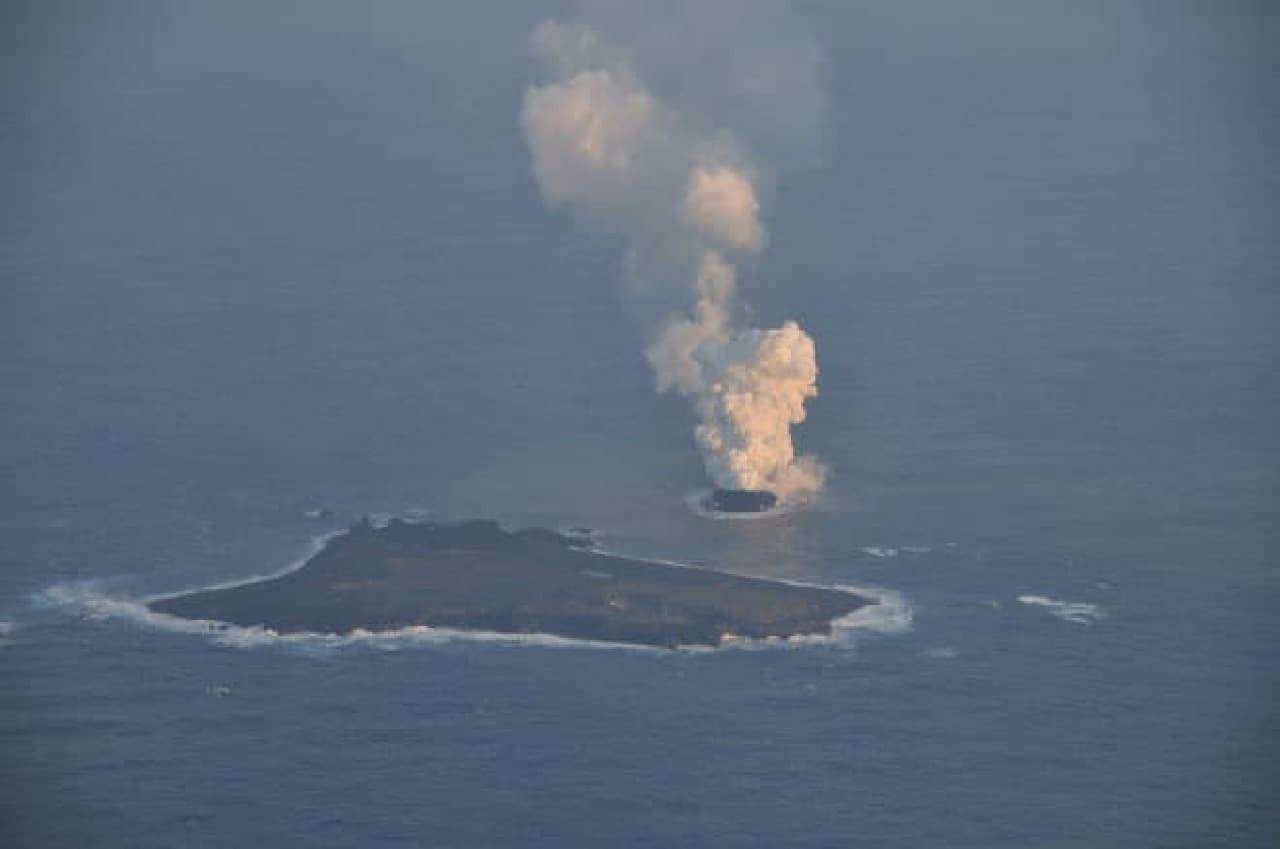 海上保安庁による西之島の写真