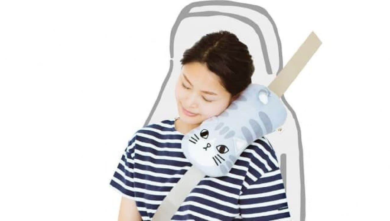 ドライブ中にもぐっすり眠れる「シートベルト枕だにゃん!」