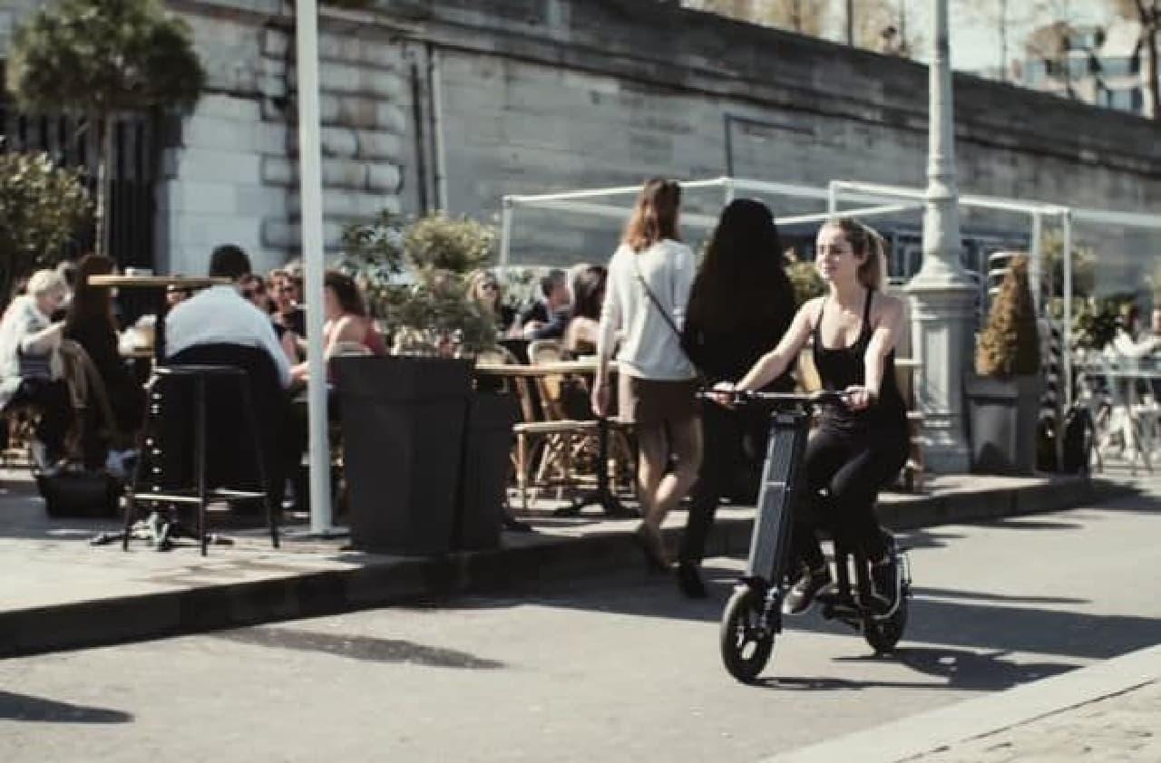 3秒で折り畳める通勤用電動バイク「Aero」