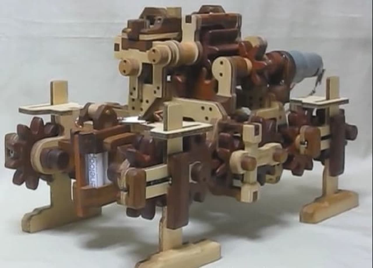 木の4足歩行ロボット