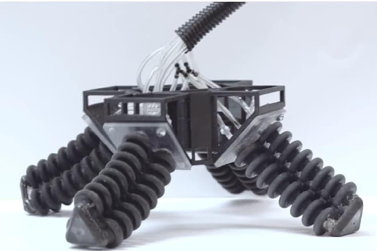 やわらかい足のロボット