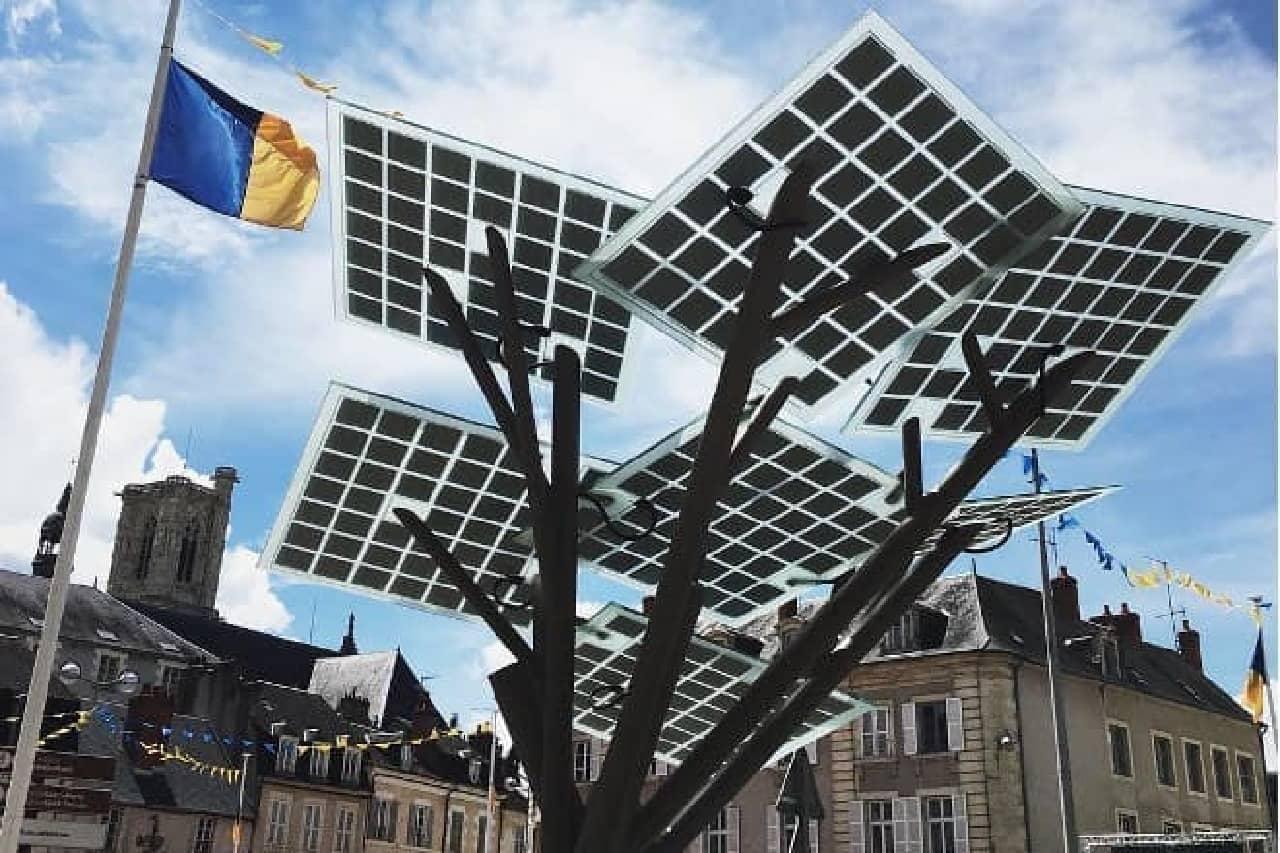 ソーラー発電する木