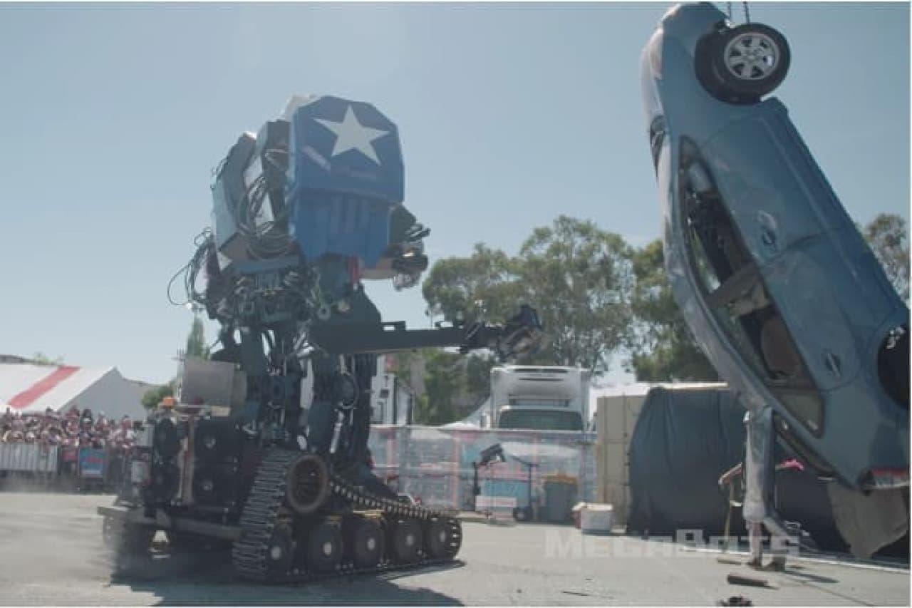 ロボットがプリウスをたたきのめす画像