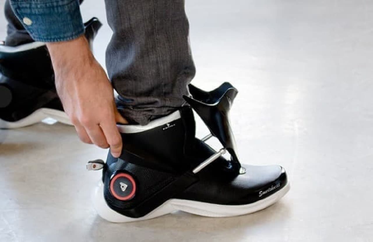スマホでスニーカーを履く…「Digitsole Smartshoe」