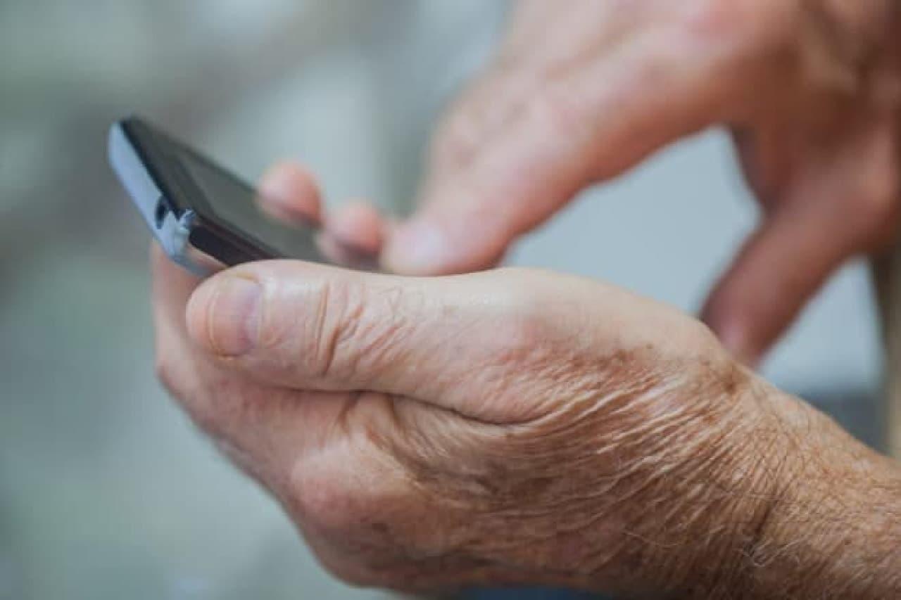 スマートフォンと高齢者の手