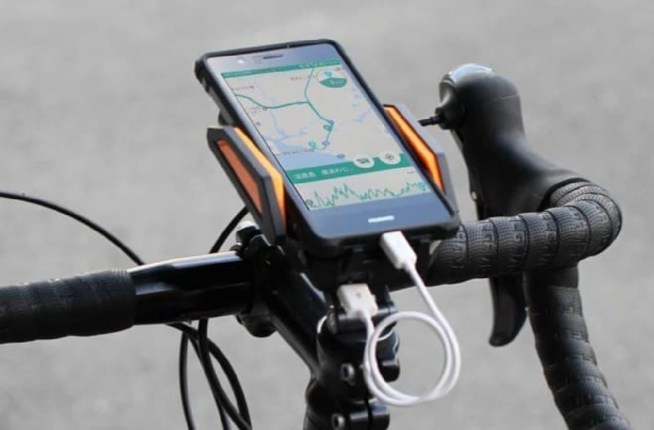 モバイルバッテリー付きのスマートフォンマウント「スマホバッテリーマウント」