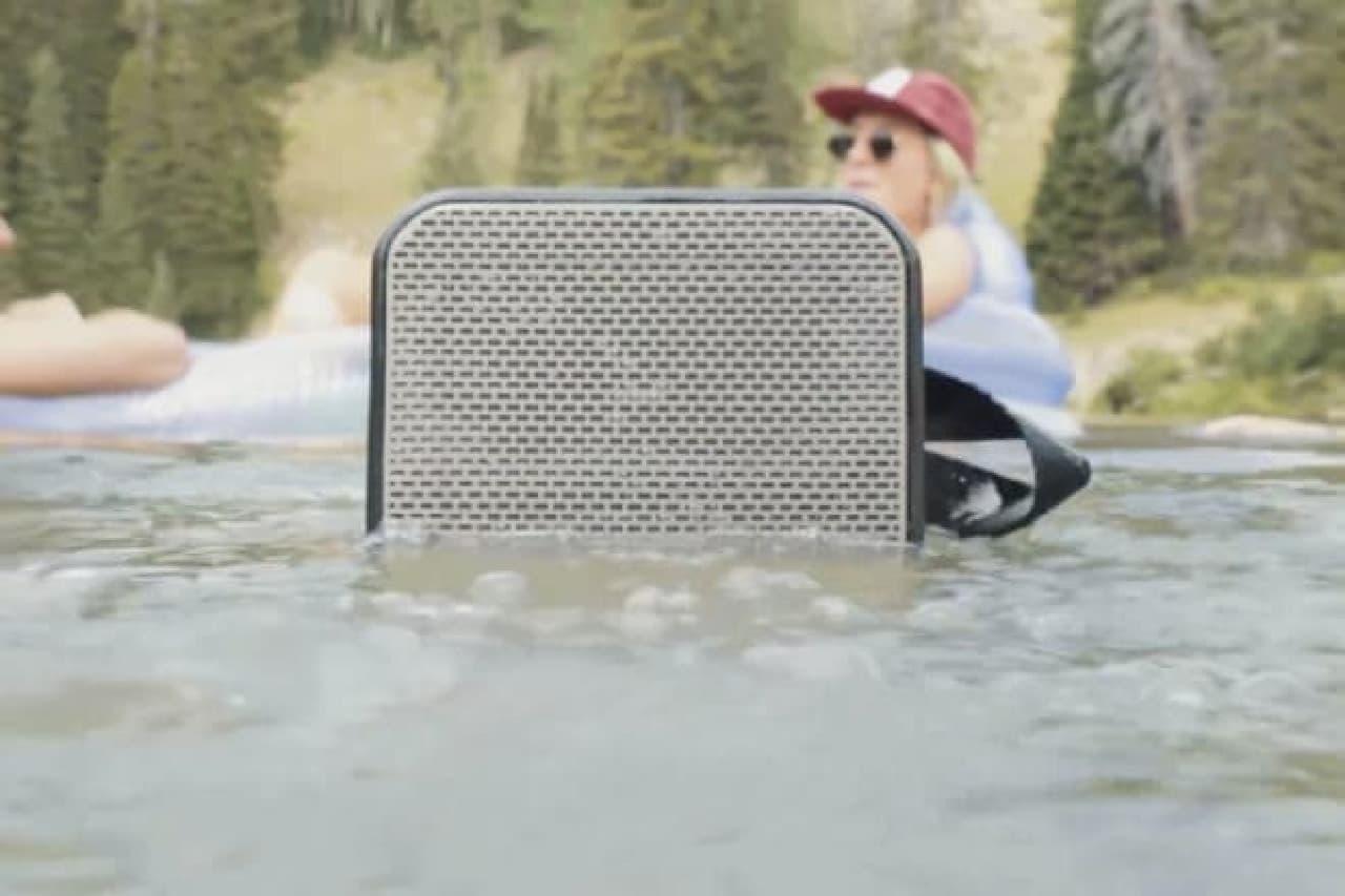 水に浮くバリケード