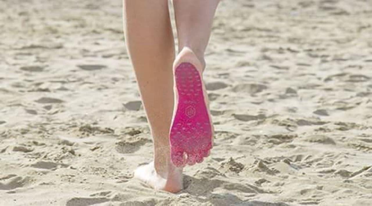 足の裏に貼るビーサン「Nakefit」
