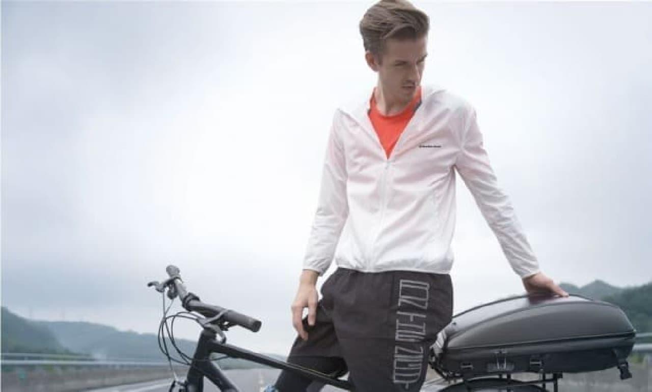 自転車通勤しながら、スマートフォンやノートPCを充電できる「INFINITY SOLAR BACKPACK」