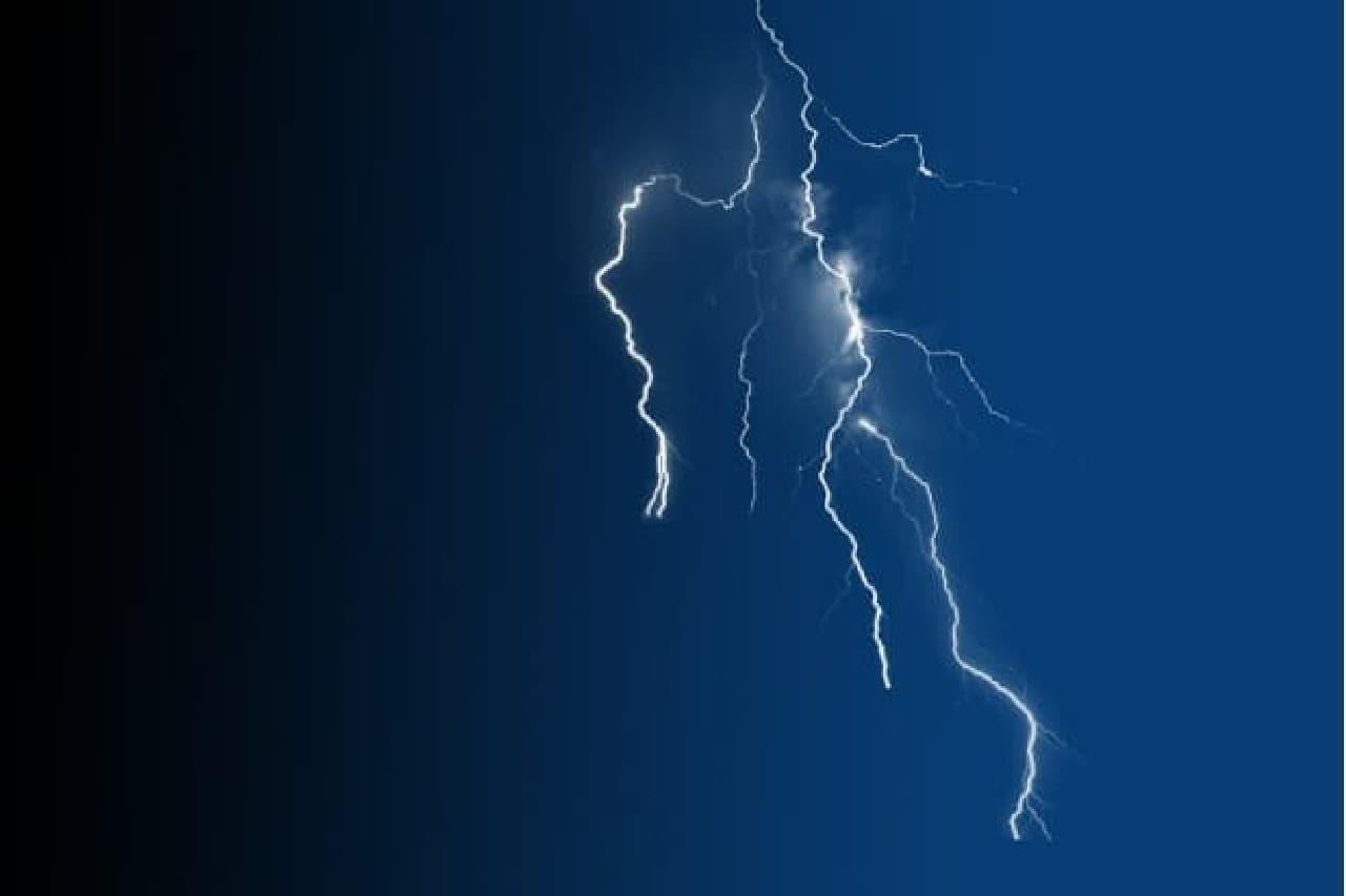 空で光る稲妻のイメージ