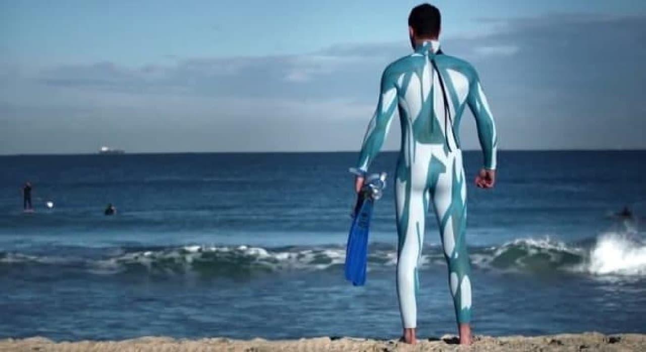 海の中で耳なし芳一…サメに見えないウェットスーツ「