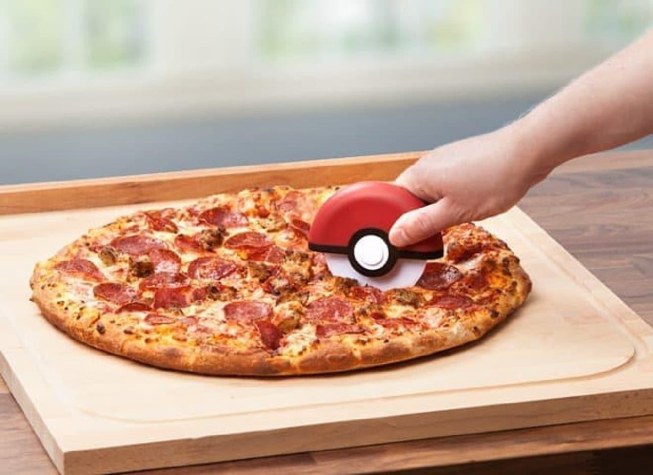 モンスターボール型ピザカッター「Poke Ball Pizza Cutter」