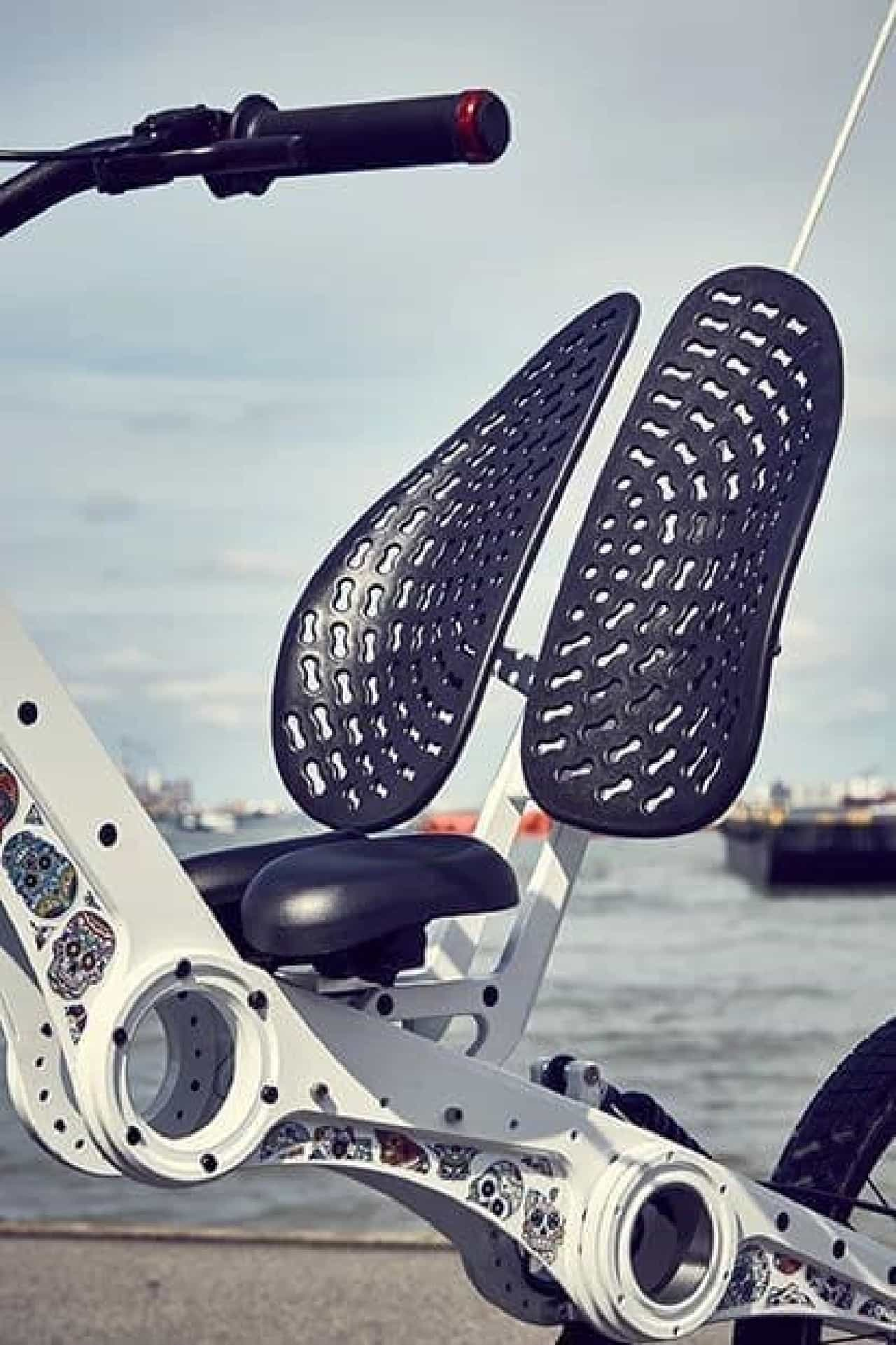 リカンベントのデメリットを電動アシストで補った自転車「MC2 Chopper bike」
