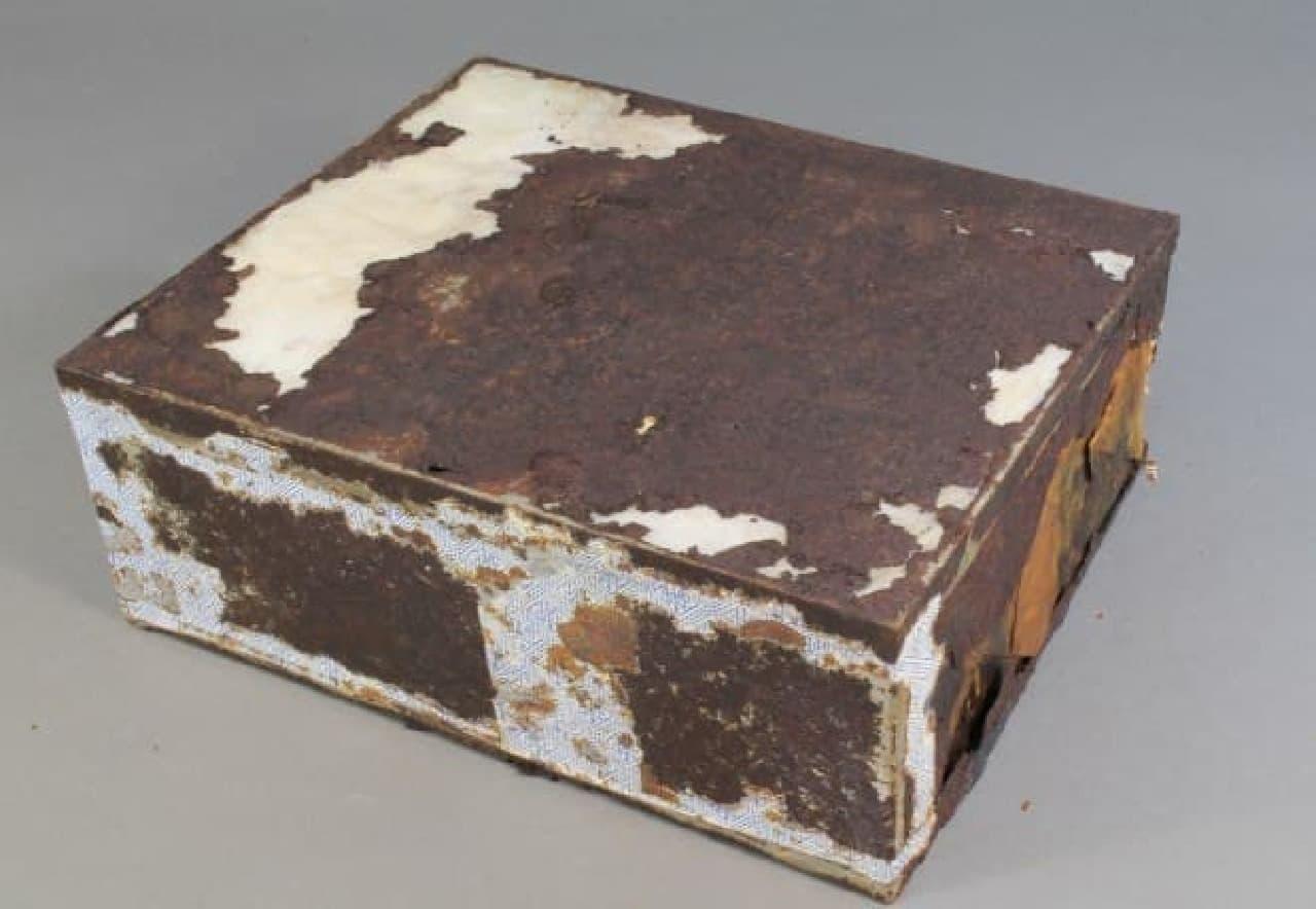 106年前のフルーツケーキ(ブリキの箱入り状態)