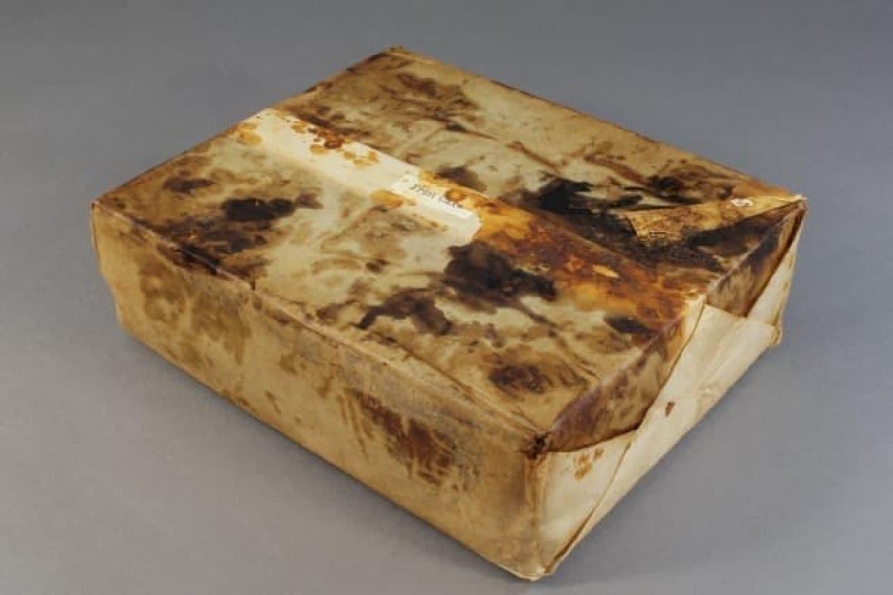 106年前のフルーツケーキ(包装紙にくるまれた状態)