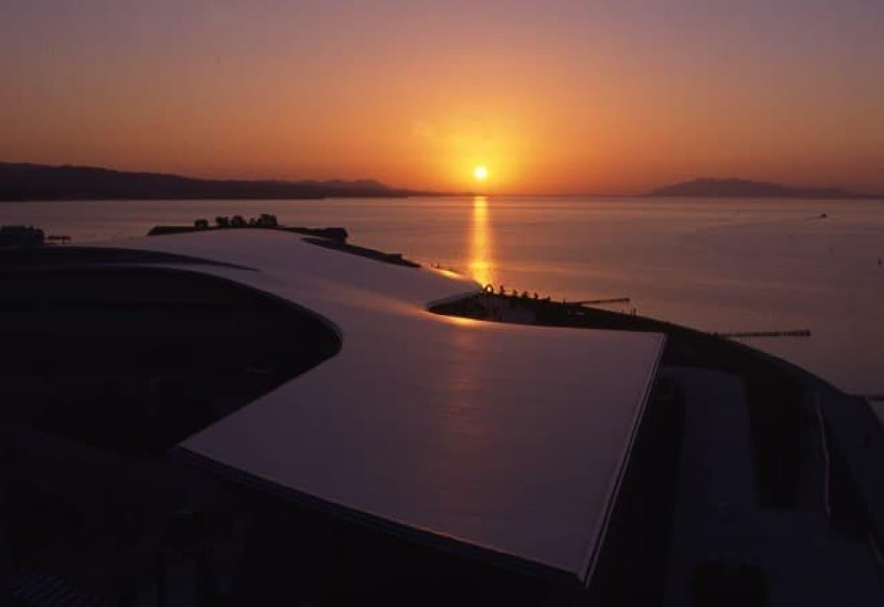 館外から見た夕日