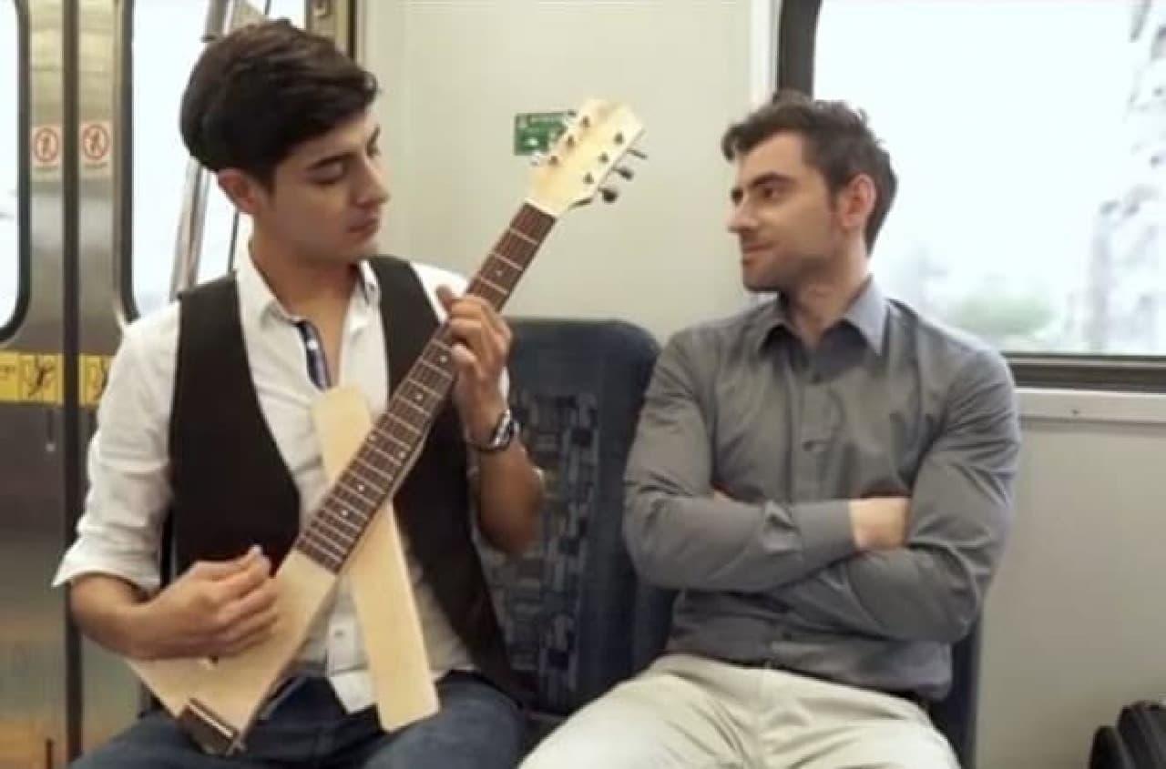 折り畳み式ギター「Cross Guitar」