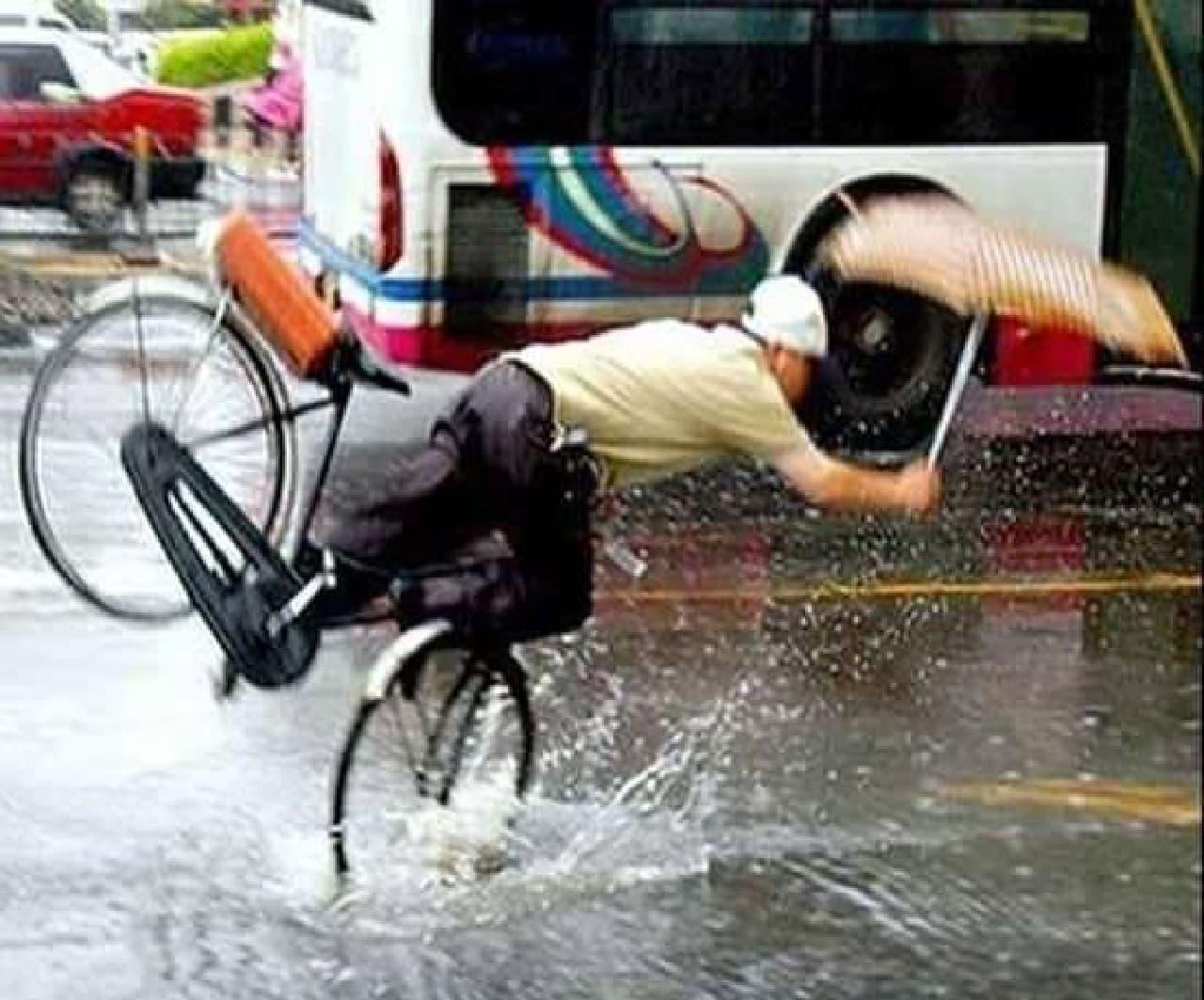 歩行時用の傘を自転車乗車時に利用した例