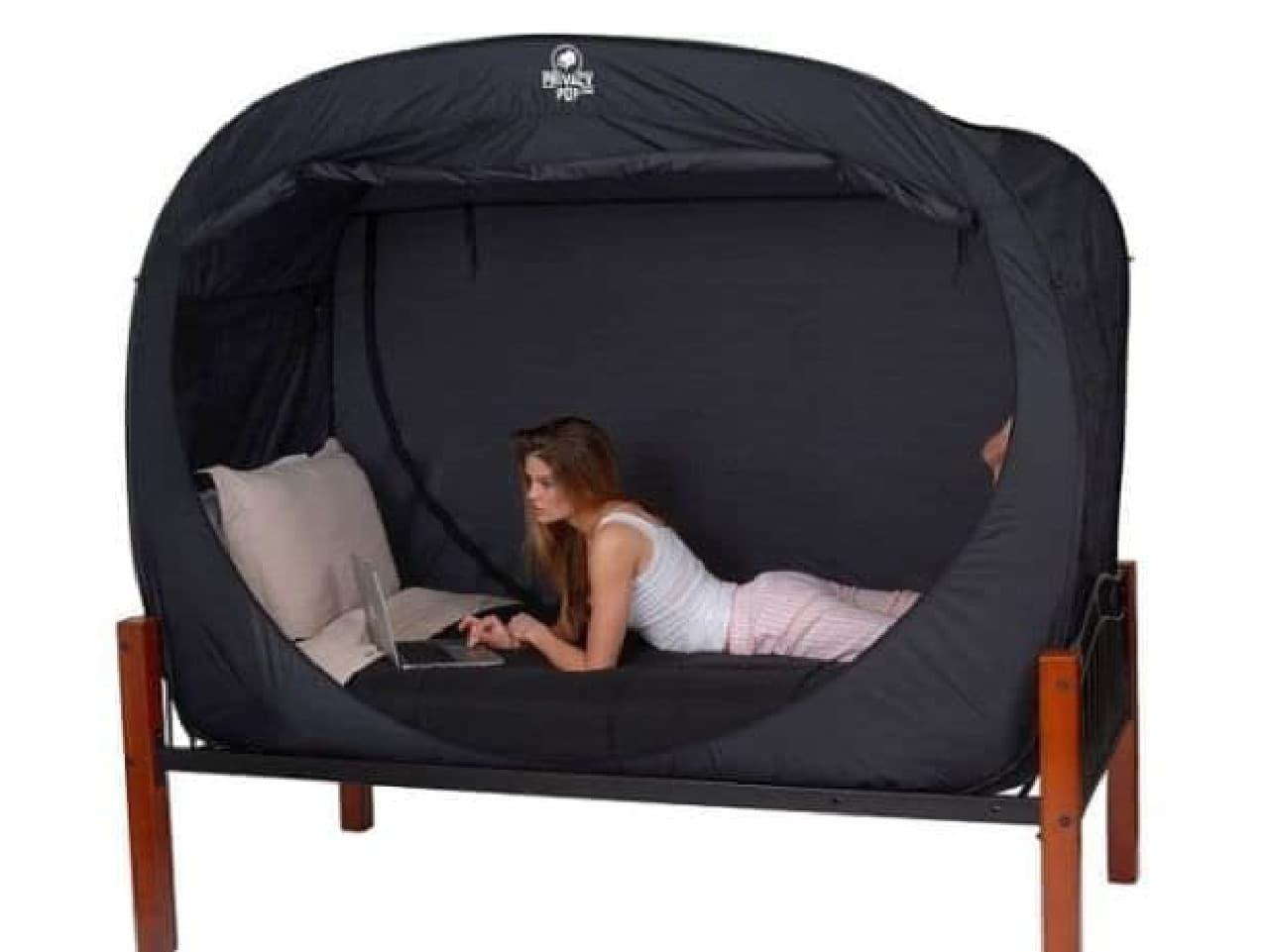 部屋で一人になれる「Privacy Pop Bed Tent」