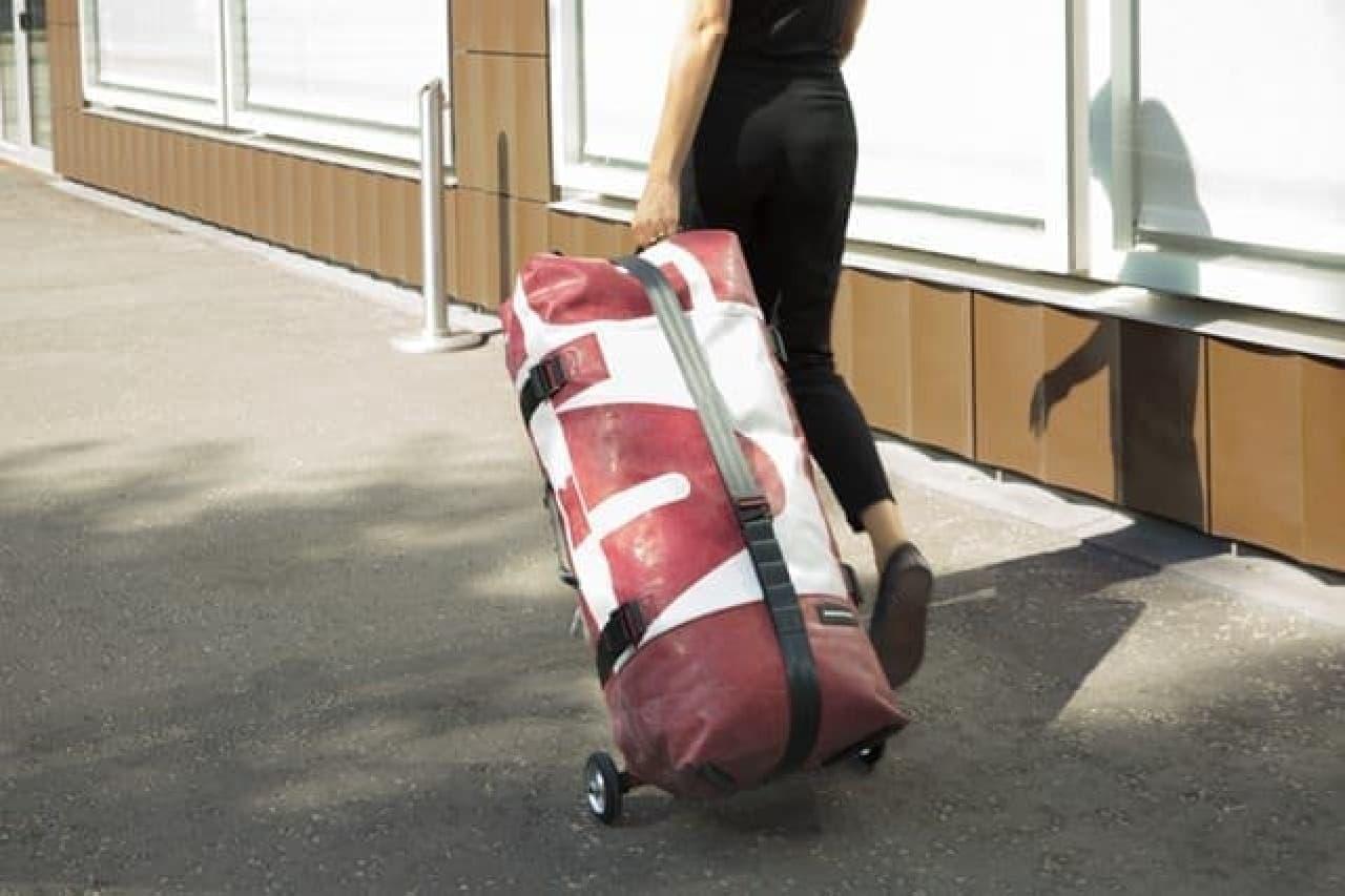 自転車用空気入れで膨らませて使うキャリーバッグ「ZIPPELIN」