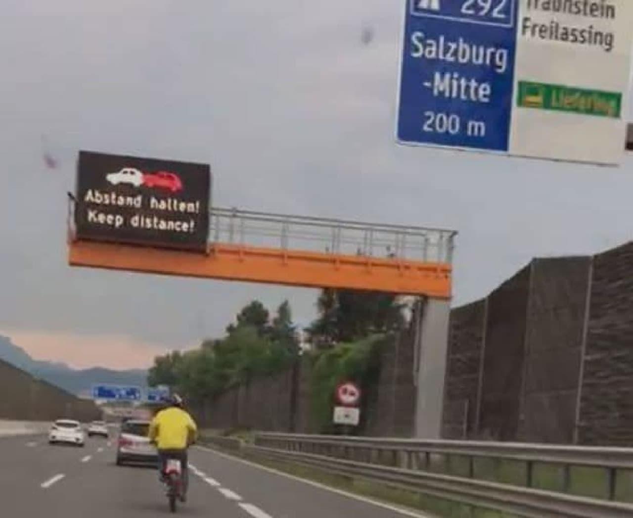 欧州のSNSで話題となった高速道路を走行する「黄色い服を着た自転車乗り」