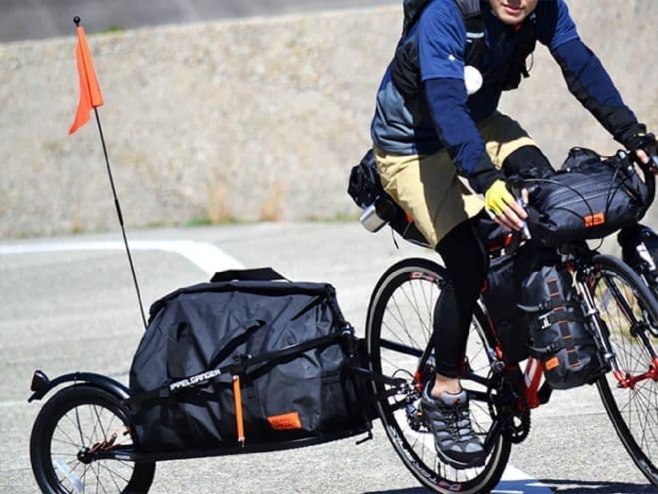 自転車とトレーラーの接続部には回転軸を設け