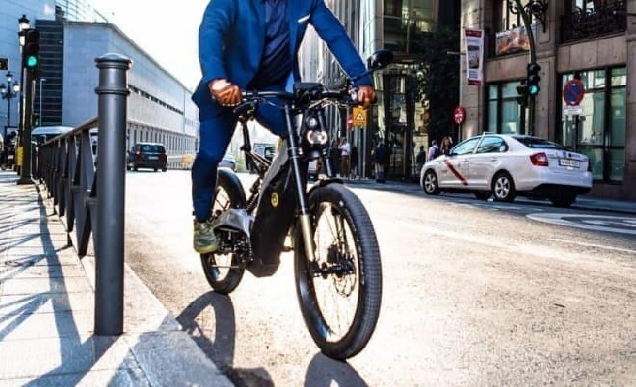 カフェレーサー風のデザインを持つ街乗り用電動バイク「Albero」