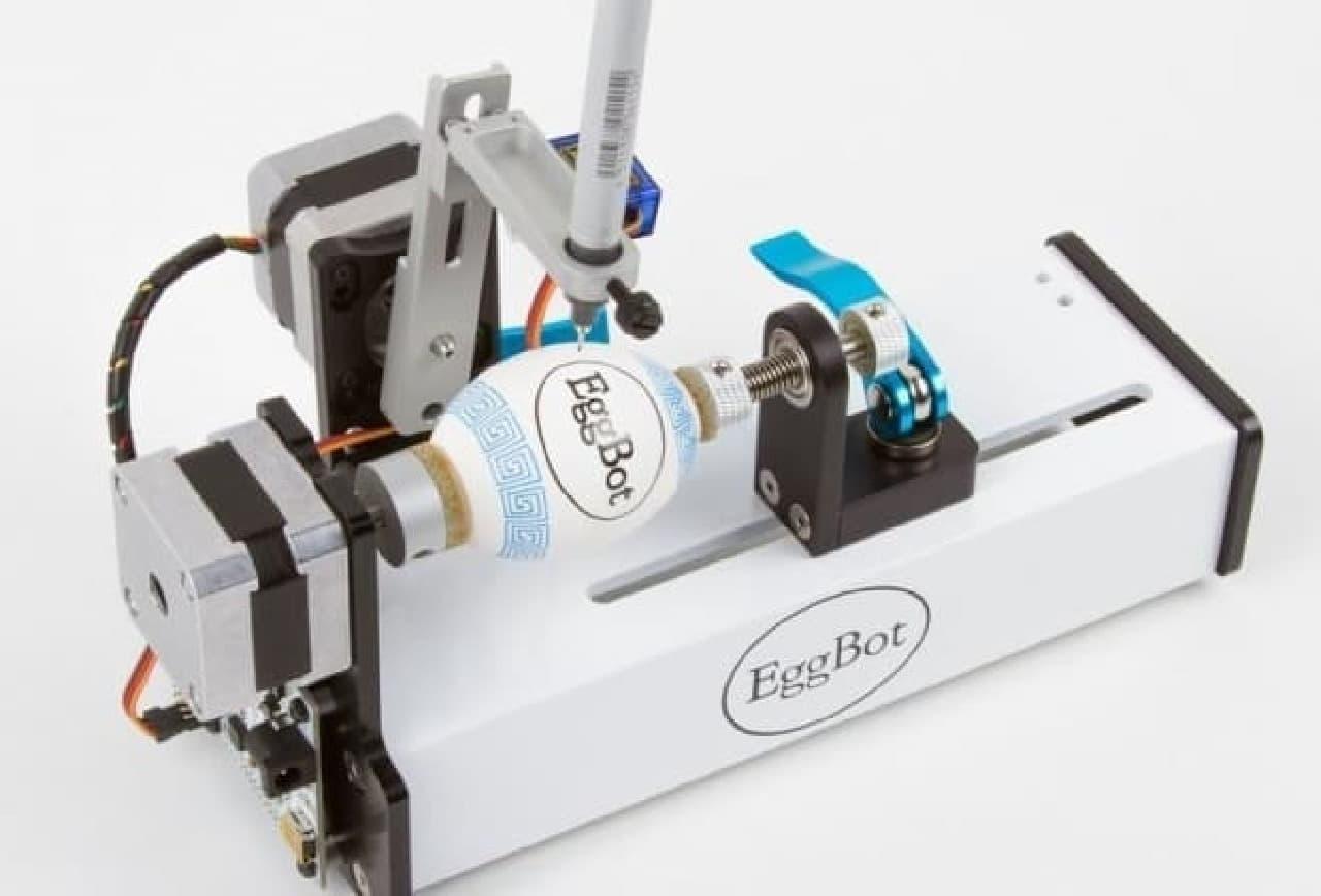 「EggBot Pro」は、タマゴに絵を描けるロボット。米国シリコンバレーにあるEvil Mad Scienceが開発・製造している。