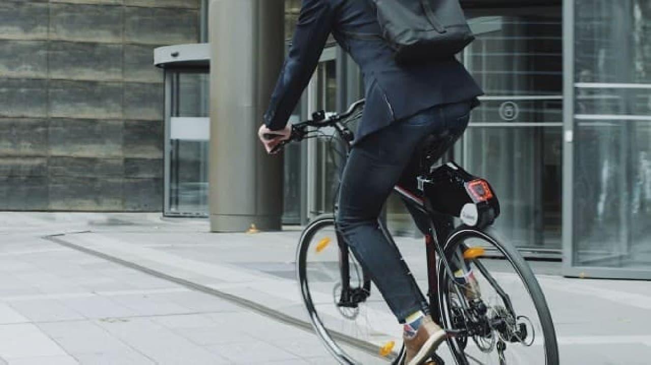 自転車を電動アシストに変えるRubbeeに、新型「Rubbee X」