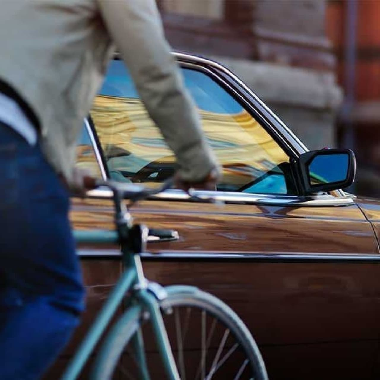 自転車でクルマのドアに突進!…を防いでくれる「Life Sticker」