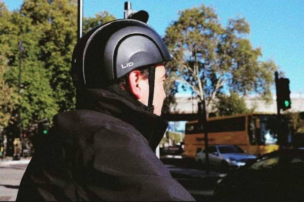 自転車通勤者向けの持ち運びやすいヘルメット「LID」