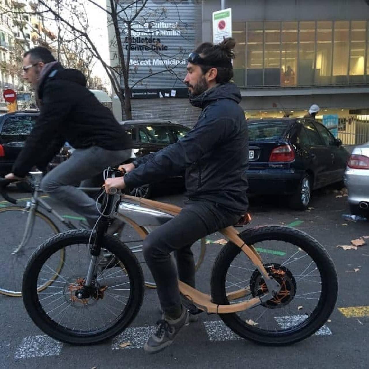 木製フレームを持つ電動バイク「ROCSIE」