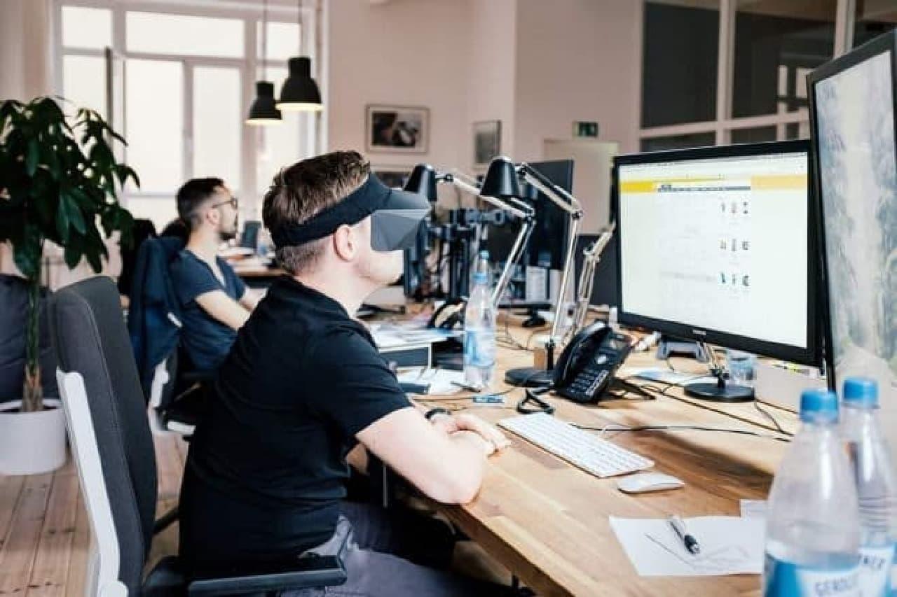 仕事に集中できるノイズキャンセリングバイザー「FocusCap」