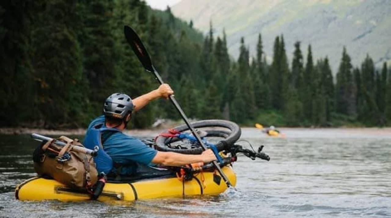 自転車で持ち運べるゴムボート「Rogue Packraft」