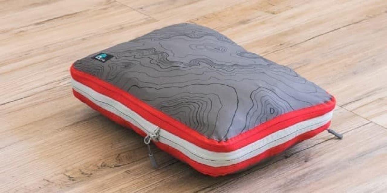 ファスナーで衣類を圧縮する「Acteon Packing Cube」