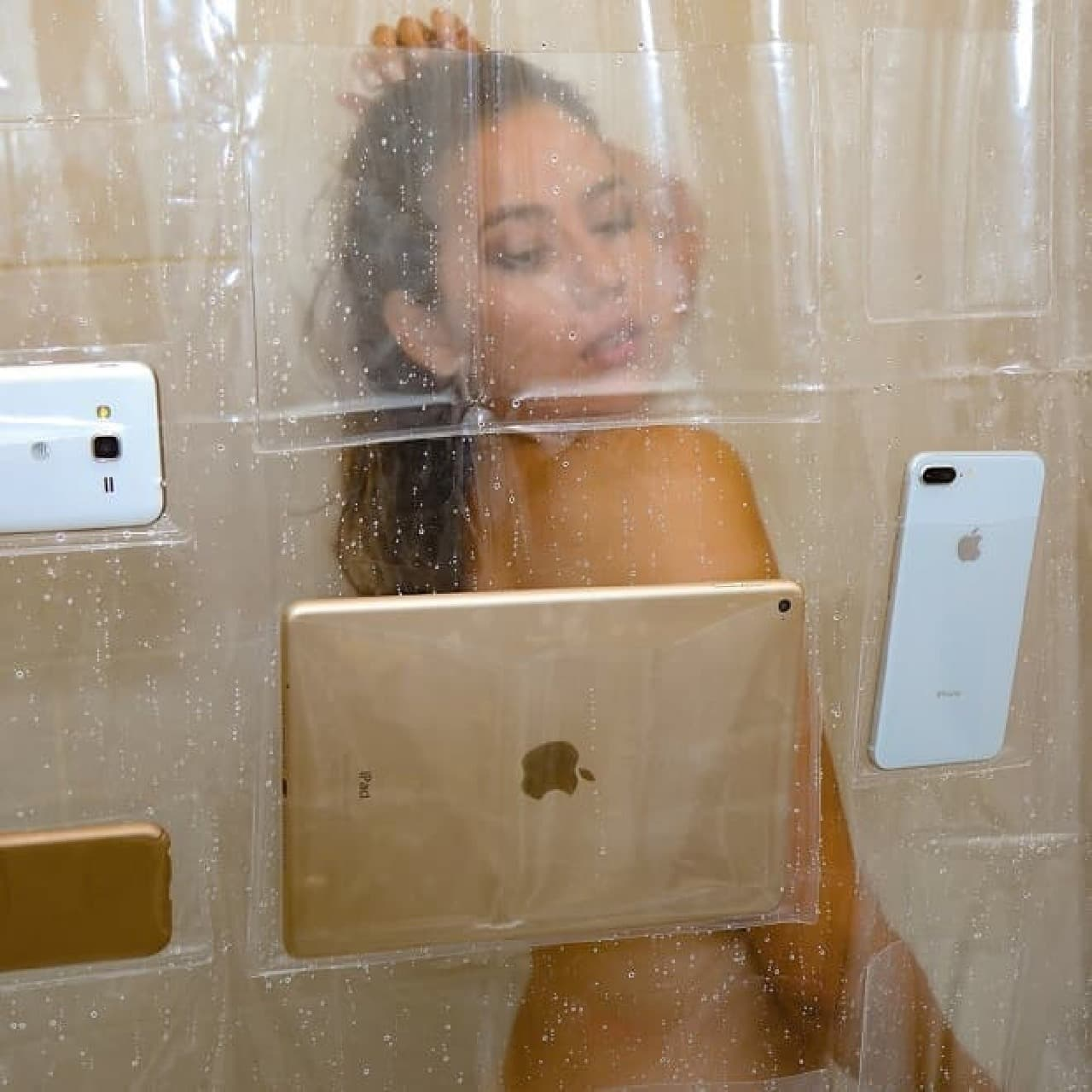 スマートフォンやタブレットを保持できるシャワーカーテン「iPad Mount Clear Shower Curtain」
