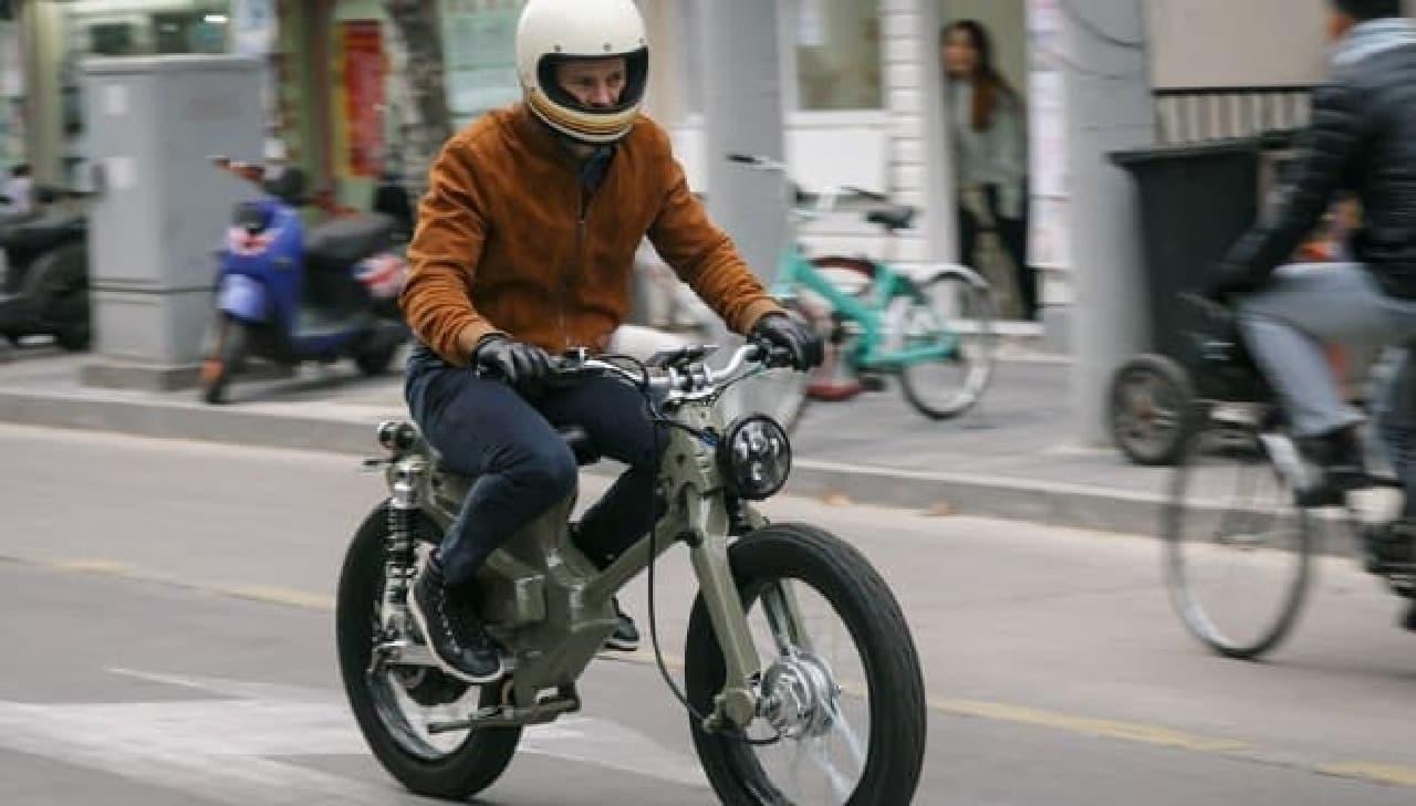 タンク代わりに電力をため込むバッテリーは、バイクのフレーム内に組み込まれた