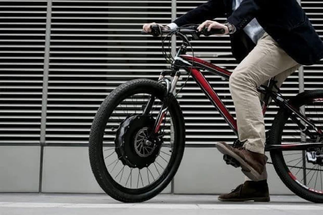 愛車を30秒で電動アシスト自転車にする「EvoWheel」