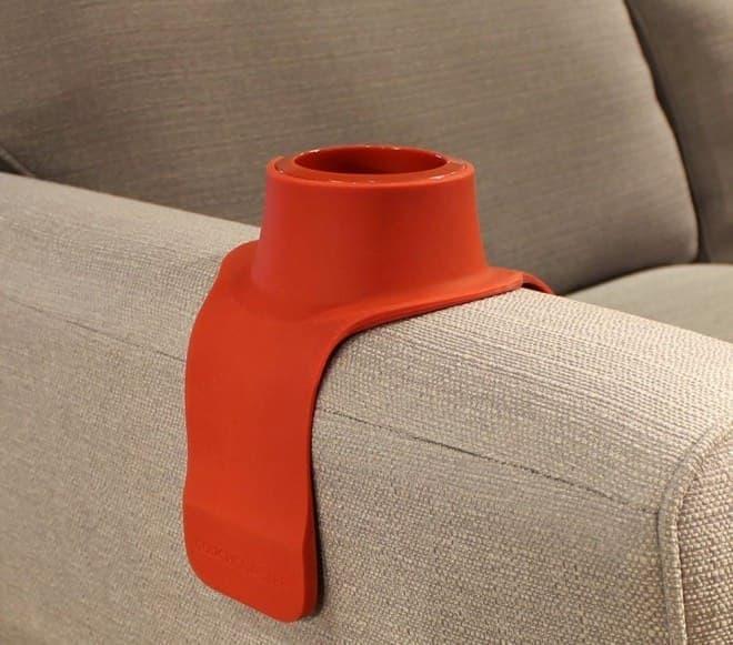 ソファのアームにドリンクを置ける「カウチコースター」